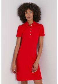 Lacoste - EF5473. Kolor: czerwony. Materiał: dzianina. Długość rękawa: krótki rękaw. Typ sukienki: dopasowane
