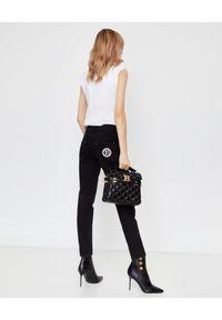 Balmain - BALMAIN - Biały t-shirt z logo. Kolor: biały. Materiał: jeans. Długość rękawa: na ramiączkach. Wzór: nadruk, aplikacja. Styl: rockowy
