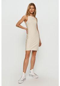 Calvin Klein Jeans - Sukienka. Kolor: beżowy. Materiał: dzianina. Typ sukienki: dopasowane