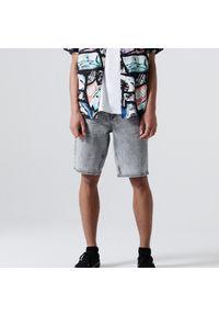 Cropp - Jeansowe szorty comfort - Jasny szary. Kolor: szary. Materiał: jeans