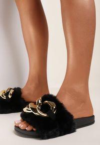 Renee - Czarne Klapki Alual. Nosek buta: otwarty. Kolor: czarny. Materiał: futro, materiał, guma. Styl: klasyczny