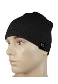 Czarna czapka w prążki, na zimę