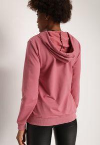 Renee - Ciemnoróżowa Bluza Hellothee. Typ kołnierza: kaptur. Kolor: różowy. Materiał: bawełna. Długość rękawa: długi rękaw. Długość: długie. Wzór: napisy, aplikacja. Styl: sportowy