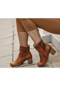 Brązowe botki Zapato bez zapięcia, z cholewką, w kolorowe wzory, z cholewką za kostkę