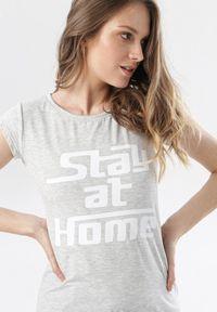 Born2be - Szary T-shirt Noelori. Kolor: szary. Materiał: dzianina. Długość rękawa: krótki rękaw. Długość: krótkie. Wzór: napisy, nadruk. Styl: klasyczny