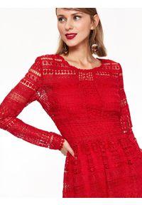 Czerwona sukienka TOP SECRET elegancka, z dekoltem na plecach, z długim rękawem