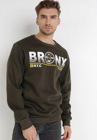 Born2be - Ciemnobrązowa Bluza Argothea. Typ kołnierza: bez kaptura. Kolekcja: plus size. Kolor: brązowy. Materiał: bawełna, dzianina, polar. Wzór: napisy, nadruk. Styl: klasyczny #6