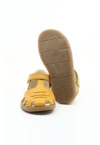 Żółte sandały Mrugała na rzepy, z okrągłym noskiem