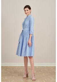 Marie Zélie - Sukienka Aglaia błękitna oxford. Typ kołnierza: kołnierzyk stójkowy. Kolor: niebieski. Materiał: skóra, bawełna, materiał. Sezon: lato