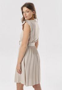 Born2be - Jasnobeżowa Sukienka Blot. Typ kołnierza: dekolt kopertowy. Kolor: beżowy. Wzór: aplikacja. Typ sukienki: kopertowe. Styl: wizytowy, retro. Długość: mini