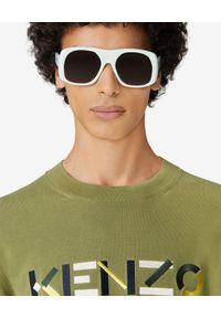 Kenzo - KENZO - Zielony sweter z kolorowym logo. Kolor: zielony. Materiał: prążkowany, bawełna. Długość rękawa: długi rękaw. Długość: długie. Wzór: kolorowy. Styl: klasyczny