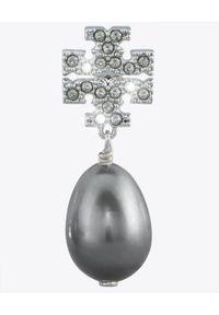 Tory Burch - TORY BURCH - Kolczyki Kira Pearl. Materiał: srebrne. Kolor: srebrny. Wzór: aplikacja. Kamień szlachetny: kryształ