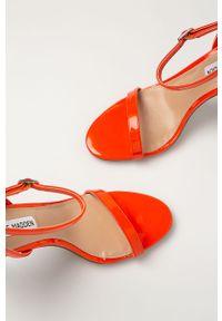 Pomarańczowe sandały Steve Madden na klamry, z okrągłym noskiem, na średnim obcasie