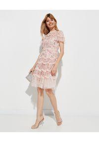 NEEDLE & THREAD - Różowa sukienka w kwiaty Elsie Ribbon. Typ kołnierza: kołnierz z falbankami. Kolor: różowy, fioletowy, wielokolorowy. Materiał: tiul. Wzór: kwiaty. Długość: midi