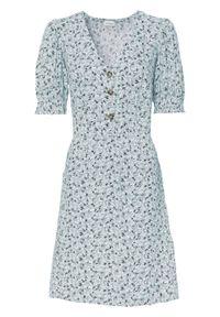 Sukienka z przyjaznej dla skóry wiskozy bonprix pudrowy niebieski w kwiaty. Kolor: fioletowy. Materiał: wiskoza, skóra. Wzór: kwiaty