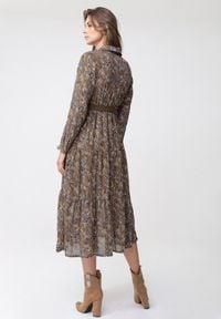Born2be - Ciemnobeżowa Sukienka Epicenter. Kolor: beżowy. Długość rękawa: długi rękaw. Typ sukienki: kopertowe. Styl: elegancki. Długość: midi