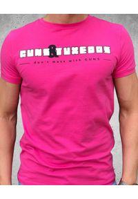GUNS & TUXEDOS - Różowy t-shirt Pink Gun. Kolor: różowy, fioletowy, wielokolorowy. Materiał: jeans, bawełna. Styl: wakacyjny