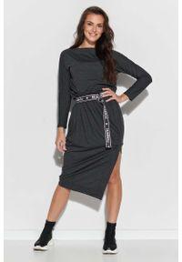 Makadamia - Asymetryczna Dzianinowa Sukienka z Logowanym Paskiem - Grafitowa. Kolor: szary. Materiał: dzianina. Typ sukienki: asymetryczne