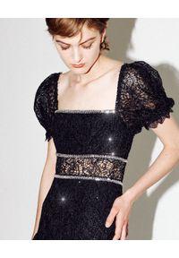 SELF PORTRAIT - Koronkowa sukienka z cekinami. Okazja: na sylwestra. Typ kołnierza: dekolt kwadratowy. Kolor: czarny. Materiał: koronka. Wzór: koronka, aplikacja. Długość: midi #6