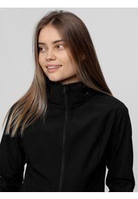 Czarna kurtka softshell 4f z kapturem, raglanowy rękaw