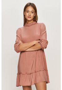 Jacqueline de Yong - Sukienka. Kolor: różowy. Materiał: tkanina. Długość rękawa: długi rękaw. Typ sukienki: rozkloszowane