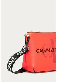 Listonoszka Calvin Klein Jeans na ramię, mała, z nadrukiem