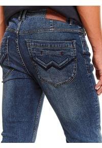 TOP SECRET - Spodnie denim o kroju slim. Okazja: na co dzień, do pracy. Kolor: niebieski. Materiał: denim. Długość: długie. Sezon: zima. Styl: casual, klasyczny