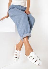 Born2be - Białe Klapki Auburn. Nosek buta: okrągły. Kolor: biały. Materiał: jeans, skóra ekologiczna. Wzór: grochy, gładki. Obcas: na obcasie. Styl: retro. Wysokość obcasa: niski