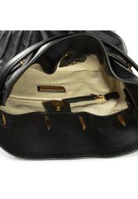 Czarna torebka worek Tory Burch w kolorowe wzory, casualowa