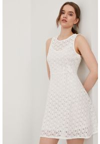 Biała sukienka Vero Moda na co dzień, casualowa, rozkloszowana, bez rękawów