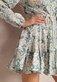 Renee - Niebieska Sukienka Amathaste. Kolor: niebieski. Materiał: tkanina. Długość rękawa: długi rękaw. Wzór: kwiaty. Typ sukienki: koszulowe, rozkloszowane. Długość: mini
