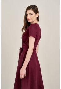 Marie Zélie - Sukienka Duilin lniana oberżynowa. Materiał: len. Długość rękawa: krótki rękaw. Typ sukienki: kopertowe. Styl: klasyczny