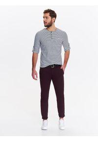 TOP SECRET - Spodnie męskie regularne typu chino z paskiem. Okazja: na co dzień. Kolor: czerwony. Materiał: bawełna. Sezon: wiosna, lato. Styl: klasyczny, casual