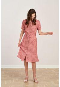 Marie Zélie - Sukienka Alma Trifle różowa. Typ kołnierza: kołnierzyk stójkowy. Kolor: różowy. Materiał: wiskoza, skóra. Długość rękawa: krótki rękaw. Sezon: lato. Typ sukienki: szmizjerki