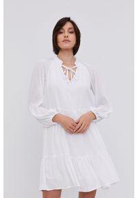 Answear Lab - Sukienka. Kolor: biały. Długość rękawa: długi rękaw. Typ sukienki: rozkloszowane. Styl: wakacyjny