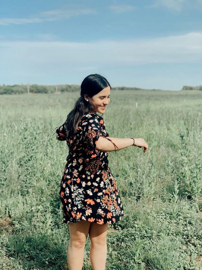 dziewczyna w sukience mini.jpeg