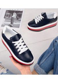 Niebieskie buty sportowe Ideal Shoes w kolorowe wzory
