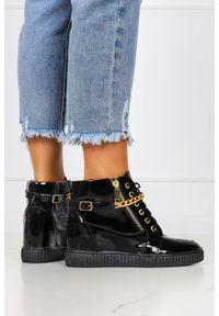 Casu - Czarne sneakersy lakierowane z łańcuszkiem na ukrytym koturnie polska skóra casu 2351. Kolor: czarny. Materiał: skóra, lakier. Obcas: na koturnie