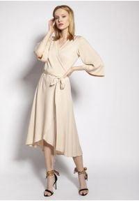 e-margeritka - Sukienka kopertowa midi z szerokimi rękawami beżowa - 38. Kolor: beżowy. Materiał: wiskoza, tkanina, materiał. Typ sukienki: kopertowe. Styl: elegancki. Długość: midi