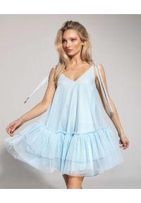 CUORI e PICCHE - Niebieska sukienka BABY BLUE PRINCESS. Typ kołnierza: dekolt w kształcie V. Kolor: niebieski. Materiał: tiul. Długość rękawa: na ramiączkach. Sezon: lato, wiosna