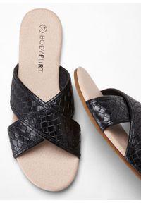 Sandały bonprix czarny. Kolor: czarny. Sezon: lato
