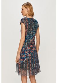 Desigual - Sukienka. Kolor: niebieski. Materiał: tkanina. Długość rękawa: krótki rękaw. Typ sukienki: rozkloszowane