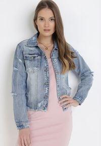 Born2be - Jasnoniebieska Kurtka Jeansowa Aterila. Kolor: niebieski. Materiał: jeans. Długość rękawa: długi rękaw. Długość: długie. Wzór: aplikacja. Styl: rockowy