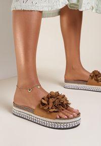 Renee - Camelowe Klapki Alcimeni. Nosek buta: okrągły. Wzór: kwiaty, aplikacja. Obcas: na platformie