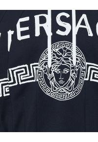 Versace Jeans Couture - VERSACE JEANS COUTURE - Granatowa bluza z kontrastowym logo. Okazja: na co dzień. Typ kołnierza: kaptur. Kolor: niebieski. Materiał: bawełna. Długość rękawa: długi rękaw. Długość: długie. Wzór: nadruk. Styl: sportowy, casual