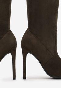 Renee - Oliwkowe Kozaki Yelkas. Wysokość cholewki: za kolano. Nosek buta: szpiczasty. Zapięcie: zamek. Kolor: zielony. Szerokość cholewki: normalna. Obcas: na obcasie. Wysokość obcasa: średni