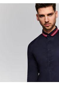 Niebieska koszula TOP SECRET klasyczna, na wiosnę, z kontrastowym kołnierzykiem