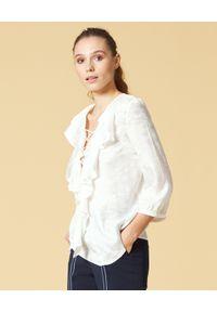 Manila Grace - MANILA GRACE - Biała bluzka z falbaną. Okazja: na randkę. Typ kołnierza: kołnierz z falbankami, dekolt w kształcie V. Kolor: biały. Wzór: kwiaty, aplikacja