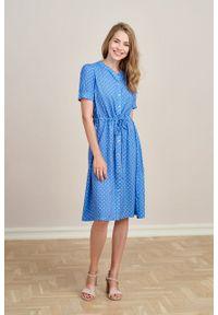 Marie Zélie - Sukienka Alma Trifle niebieski. Typ kołnierza: kołnierzyk stójkowy. Kolor: niebieski. Materiał: wiskoza, skóra. Długość rękawa: krótki rękaw. Sezon: lato. Typ sukienki: szmizjerki