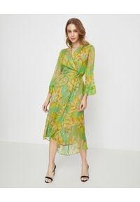 MALIPARMI - Zielona sukienka z jedwabiu. Kolor: zielony. Materiał: jedwab. Wzór: kolorowy. Sezon: wiosna, lato. Typ sukienki: asymetryczne. Styl: elegancki. Długość: midi